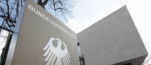 Eingang zum Bundesgerichtshof (BGH) in Karlsruhe: Das oberste Gericht der Bundesrepublik hat entschieden, dass eine Befristung der BU Leistung ohne nachvollziehbare Begründung unwirksam ist.