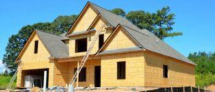 Hausbau: Für ein Eigenheim nehmen viele Menschen einen Kredit auf und schließen eine Restschuldversicherung ab.