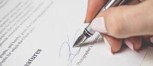 Vertragsunterschrift: BU-Anbieter, die ihre Versicherungsbedingungen unverständlich formulieren, vergraulen Kunden.