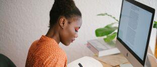 Frau am PC: Mehr als die Hälfte der Kundenportal-Nutzer sind mit dem Online-Angebot ihres Versicherers zufrieden.
