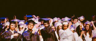 Abschlussfeier an der Uni: Bildung steigert den individuellen Wohlstand.