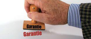 Das Versprechen, am Vertragsende mindestens die eingezahlten Beiträge zurückzuerhalten, führt bei den aktuellen Zinsen garantiert zu Mini-Renditen.