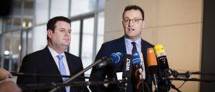Große Koalition: Die beiden Bundesminister Jens Spahn (Gesundheit, CDU) und Hubertus Heil (Arbeit, SPD) beim gemeinsamen Pressestatement im Deutschen Bundestag. Von dem Rentenaufschlag für Geringverdiener sollen etwa 1,3 Millionen Ruheständler profitieren.