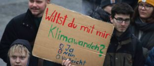 Jugendliche bei Klimademo in Berlin: Das Geschäft mit ESG-Fonds boomt, aber nicht immer halten die Produkte, was sie versprechen, sagt Philip Kalus.