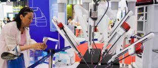 Roboter des US-Medizintechnikunternehmens Intuitive Surgical: Der demografische Trend zur alternden Bevölkerung beflügelt den Gesundheitssektor.