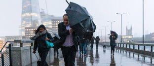 Passanten in London: Katastrophenanleihen sollen auch Unwetterschäden absichern.
