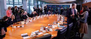 Kabinettstisch im Bundeskanzleramt: Die jetzt von den Ministern der schwarz-roten Bundesregierung beschlossenen Pläne zur Grundrente treffen beim Ifo-Institut auf heftige Kritik.