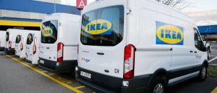 Vor einer Ikea-Filiale in der Schweiz: Das Möbelhaus bietet nun auch Sachversicherungen an.