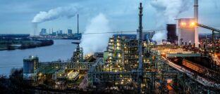 Industriebetriebe am Rhein: Anleger sollten sich auf Unternehmen konzentrieren, die ihre Vorgaben zur Reduzierung von Emissionen ernsthaft verfolgen und messbare Fortschritte machen, um formulierte Ziele zu erreichen.