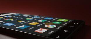 """Google-Apps-auf einem Smartphone: Unternehmen der Versicherungsbranche sollten laut Celonis-Manager Christian Brüseke nicht länger zusehen, wie die internationale Konkurrenz heranwächst. Das von ihm dazu empfohlene Process-Mining sei """"eine neue analytische Disziplin zum Erkennen, Überwachen und Verbessern realer Prozesse"""". Hierzu würden digitale Spuren in IT-Systemen ausgewertet."""