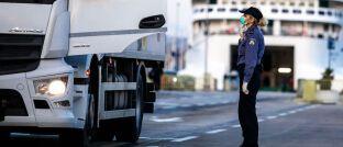 Eine Fähre vom italienischen Ancona ins kroatische Split wird auf Coronakranke geprüft: Das Virus taucht nun auch verstärkt in Europa auf.