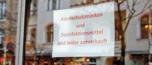 Aushang an Apotheke in Berlin: Schutzmasken und Desinfektionsmittel sind in Deutschland in vielen Geschäften ausverkauft.
