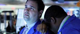 Börsenhändler am 27. Februar in New York: Noch vor wenigen Tagen herrschte an den globalen Aktienmärkten Rekordlaune. Jetzt hat das Coronavirus die Kurse in die Tiefe gerissen.