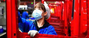 Arbeiterin in einer Lkw-Fabrik im Nordwesten Chinas: Der Einkaufsmanagerindex des produzierenden Gewerbes ist im Februar auf den niedrigsten je gemessenen Stand gefallen.
