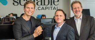 Die Gründer von Scalable Capital Erik Podzuweit (v.l.n.r.), Florian Prucker und Stefan Mittnik.