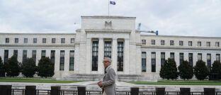 Sitz der Federal Reserve in Washington: Die US-Notenbank hat den Leitzins unerwartet angepasst. Das soll die wirtschaftlichen Auswirkungen des Coronavirus abfedern.