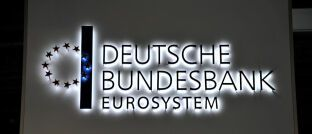 Schriftzug der Bundesbank in Frankfurt: Ein aktuell veröffentlichtes Gutachten schlägt vor, einen unabhängigen öffentlich-rechtlichen Träger zu gründen.