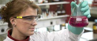 Labor eines deutschen Chemiekonzerns: Verfahren der künstlichen Fotosynthese könnten den weltweiten CO2-Ausstoß drastisch senken.