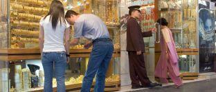 Touristen in der Altstadt von Dubai: Gold als Wertspeicher in Ländern mit hoher Inflation