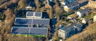 Solaranlage in Duisburg-Neudorf (Symbolbild): Auch deutsche Energieversorger geben grüne Anleihen aus, um Projekte für erneuerbare Energien zu finanzieren.