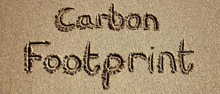Schriftzug im Sand: Fidelity achtet bei Investitionen auf CO2-Emissionen.