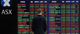Mann vor einer Kurstafel an der australischen Börse am 9. März 2020: Auch australische Aktien erlebten einen schwarzen Montag.