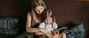 Mutter mit Tochter: Teilzeitbeschäftigte Frauen arbeiten im Finanz- und Versicherungsbereich am längsten.