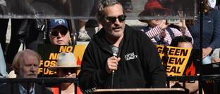Hollywood-Schauspieler Joaquin Phoenix spricht vor Fracking-Gegnern auf einer öffentlichen Veranstaltung: Der Angriff der sogenannten Opec+ könnte der US-Fracking-Industrie sehr schaden und Gegnern und Umwelt in die Karten spielen.