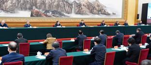 Krisenstab unter Vorsitz des chinesischen Präsidenten Xi Jinping in Peking: Die chinesische Regierung geht entschlossener gegen den Virus-Ausbruch vor als etwa die USA und Europa.