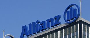 Schriftzug der Allianz an einem Bürohaus in Berlin: Die Allianz will ihr Immobiliengeschäft bei Pimco bündeln.