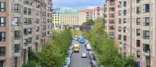 Straße mit Wohnhäusern in Berlin: Über den Mietendeckel wird nun vor Gerichten verhandelt.