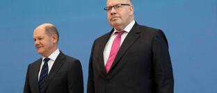 Bundesfinanzminister Olaf Scholz (li.) und Bundeswirtscahftsmnister Peter Altmaier wollen Unternehmen in der gegenwärtigen Krise unterstützen.