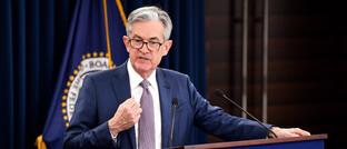 US-Notenbankchef Jerome Powell bei einer Pressekonferenz: Die Fed hat den Leitzins zum zweiten Mal binnen zwei Wochen gesenkt.