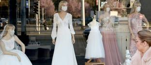Brautmodengeschäft in Kroatiens Hauptstadt Zagreb: Das Coronavirus hat weltweit für einbrechende Aktienkurse gesorgt.