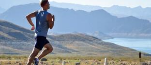 Man beim Joggen:Neue Technologien wie zum Beispiel Fitness Tracker ermöglichen eine immer genauere Überwachung des menschlichen Körpers.