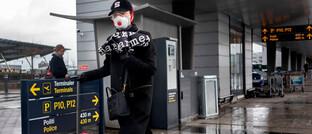 Frau mit Atemschutz am Flughafen Kopenhagen: Nach Ansicht der Danske Bank könnte sich die Konjunktur schon in der zweiten Jahreshälfte 2020 wieder erholen.