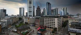Unwetter über Frankfurt am Main: In turbulenten Zeiten bringen Panikverkäufe Anleger nicht weiter.