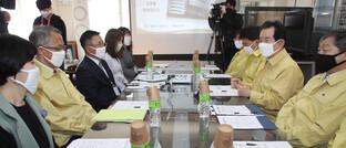 Südkoreas Premierminister Chung Sye-kyun (2. v. re.) spricht mit Vertretern einer Grundschule in Seoul: Angesichts des weltweit grassierenden Corona-Virus rät Vermögensverwalter Thomas Buckard, sich auf unkonventionelle Maßnahmen von Regierungen einzustellen.