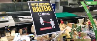 Corona-Warnung in einem Supermarkt: Die gegenwärtige Krise könnte langfristig sogar einen positiven Effekt auf die Wirtschaft haben, glaubt Investmentprofi Michael Browne.