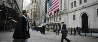Passanten mit Atemschutz vor der New Yorker Börse am 18. März 2020: Holger Schmitz ist überzeugt, dass die Finanzmärkte ihre aktuellen Verluste schnell wieder aufholen können.