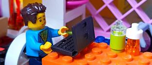 Legomännchen: Angesichts der Pandemie-bedingten Kontaktbeschränkungen in Deutschland ist Homeoffice das Gebot der Stunde.