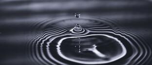Wassertropfen: Versicherungsmathematiker Karl Michael Ortmann vergleicht ein nicht ESG-konformes Investment im Kapitalstock eines Versicherers mit einem Tropfen Öl, der bis zu 1.000 Liter Trinkwasser verseucht.