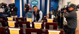Social-Distancing-Maßnahmen im Presseraum des Weißen Hauses: Das US-Gesundheitssystem wird sehr rasch an seine Grenzen stoßen.
