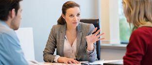 Beratungssituation: Die Internetplattform Whofinance gibt in ihrem Finanzatlas Strategietipps für Finanzberater.