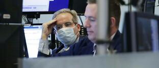 Wall-Street-Händler im Zeichen der Corona-Krise: Die US-Notenbank will der US-Wirtschaft ein umfangreiches Rettungspaket schnüren.