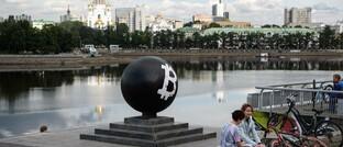 Übergroßes Symbol der bekanntesten Kryptowährung im russischen Jekaterinenburg: Da Bitcoin & Co. ein legitimierter Anlagewert sind, werden erhebliche Geldflüsse von Finanzinstituten erwartet.