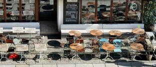 Leeres Straßencafé in Berlin: Viele Unternehmer erleben in der Krise einen massiven Geschäftseinbruch. Versicherungsvermittler können sich als Helfer empfehlen.