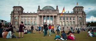 Jugendliche vor dem Reichstagsgebäude: Die von der Bundesregierung eingesetzte Rentenkommission empfiehlt in ihrem heute vorgelegten Abschlussbericht, dass das Rentenniveau ab dem Jahr 2025 zwischen 44 und 49 Prozent betragen soll. Der Beitragssatz zur gesetzlichen Rentenversicherung solle demnach zwischen 20 und 24 Prozent liegen. Zu einer neuen Altersgrenze legten sich die Experten jedoch nicht fest.