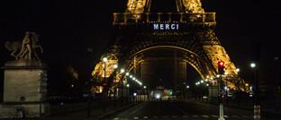 """Mit einem """"Merci"""" auf dem Eiffelturm bedankt sich Paris bei Ärzten, Pflegekräften und anderen systemrelevanten Berufsgruppen: Maklerverband BDVM schlägt einen Solidaritätsfonds der Versicherungswirtschaft nach französischem Vorbild vor."""