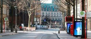Hamburgs meist frequentierte Einkaufsstraße Mönckebergstraße Ende März 2020: Zu lange lässt sich der Shutdown ganzer Länder nicht aufrechterhalten, ohne dass das wirtschaftliche Gefüge beschädigt wird.